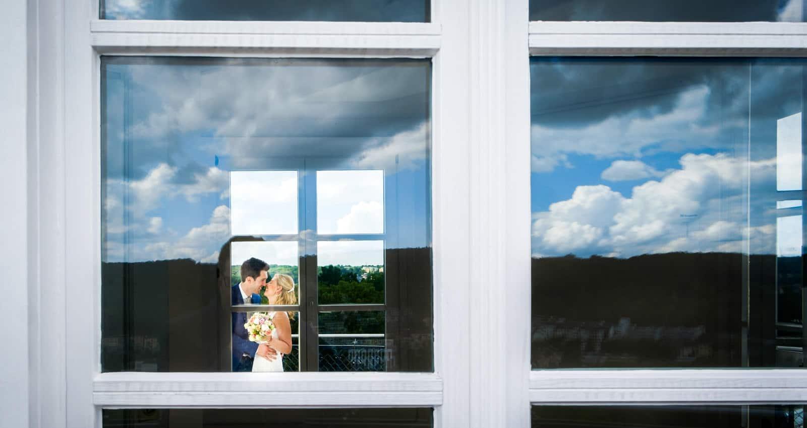 Hochzeitsfotograf Koeln - Portrait durch Glasscheibe