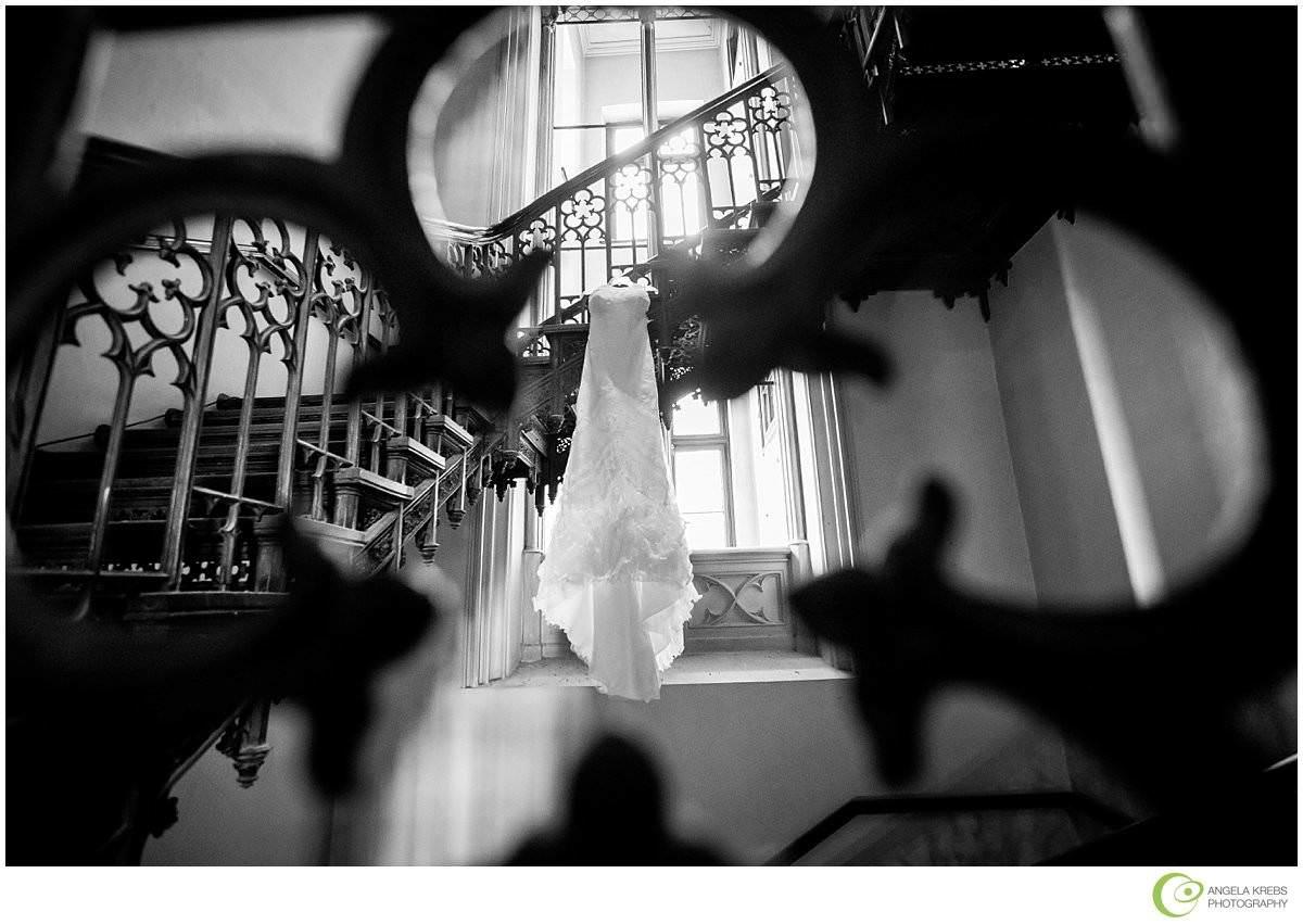Hochzeit auf Schloss Arenfels - Treppenhaus mit Brautkleid
