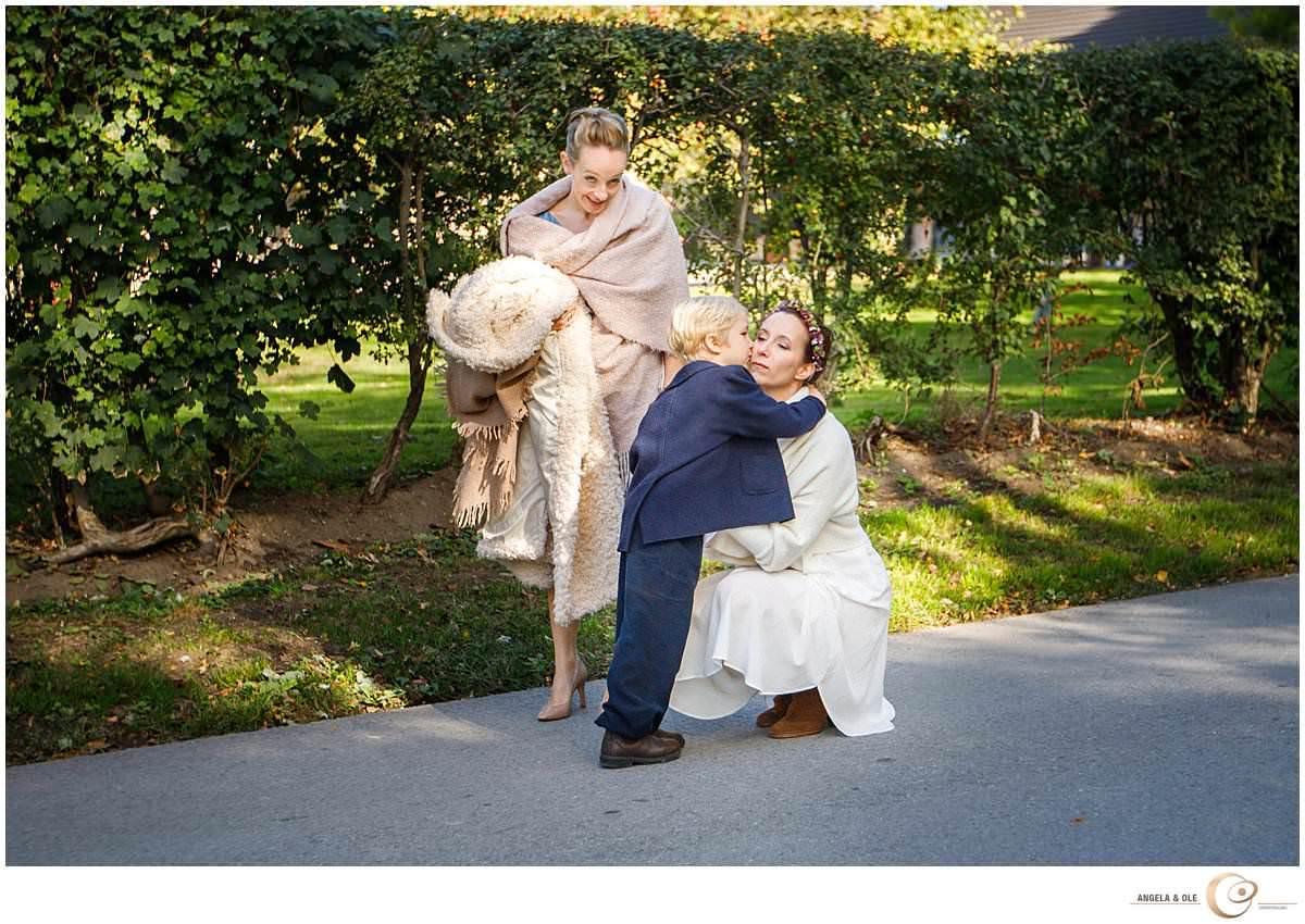 hochzeit auf schloss linnep - die Braut begrüßt ihren Sohn - hochzeitsfotograf nrw, bonn, Köln und duesseldorf