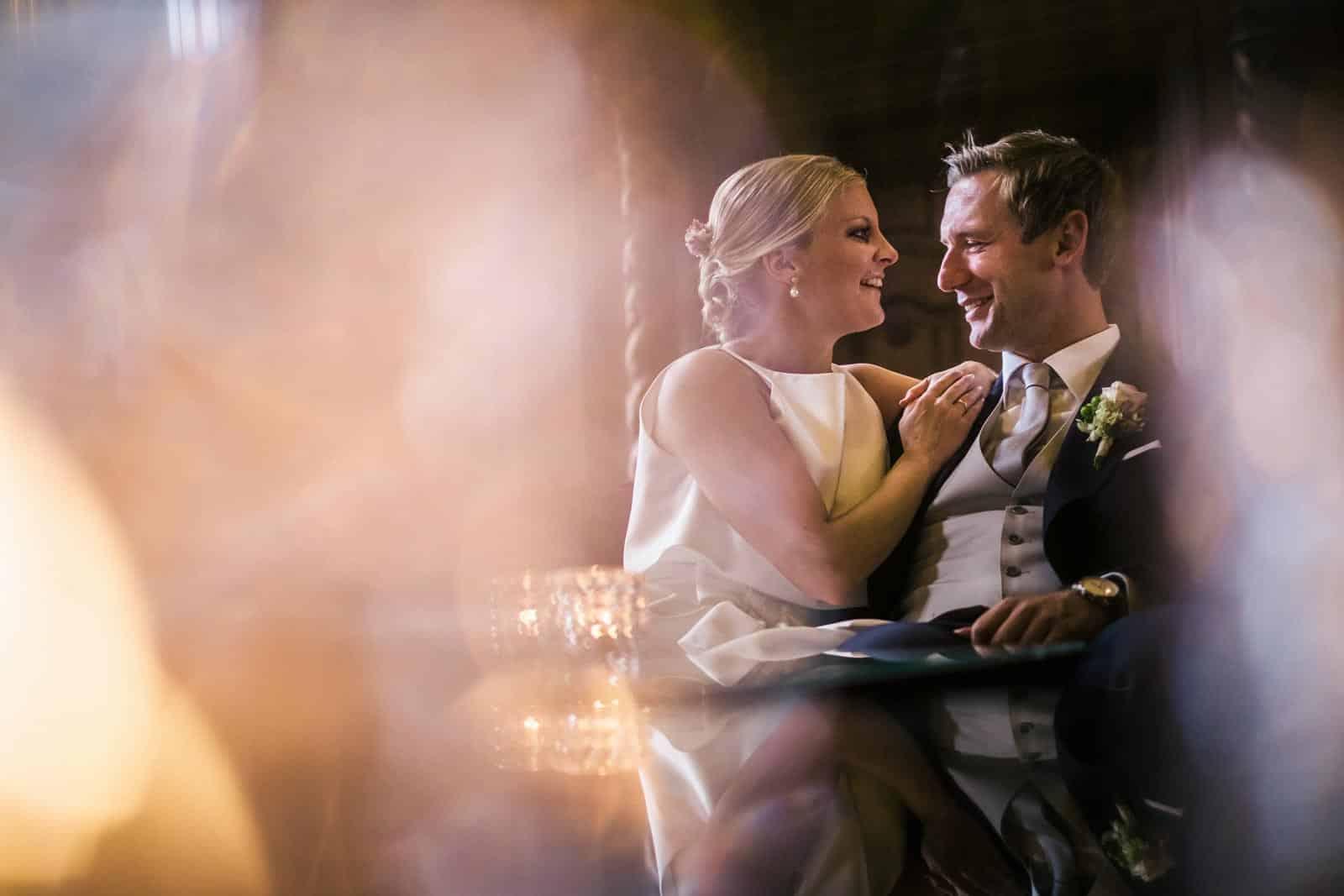 Hochzeitsfotograf nrw - Brautpaar sitzt in der Lounge