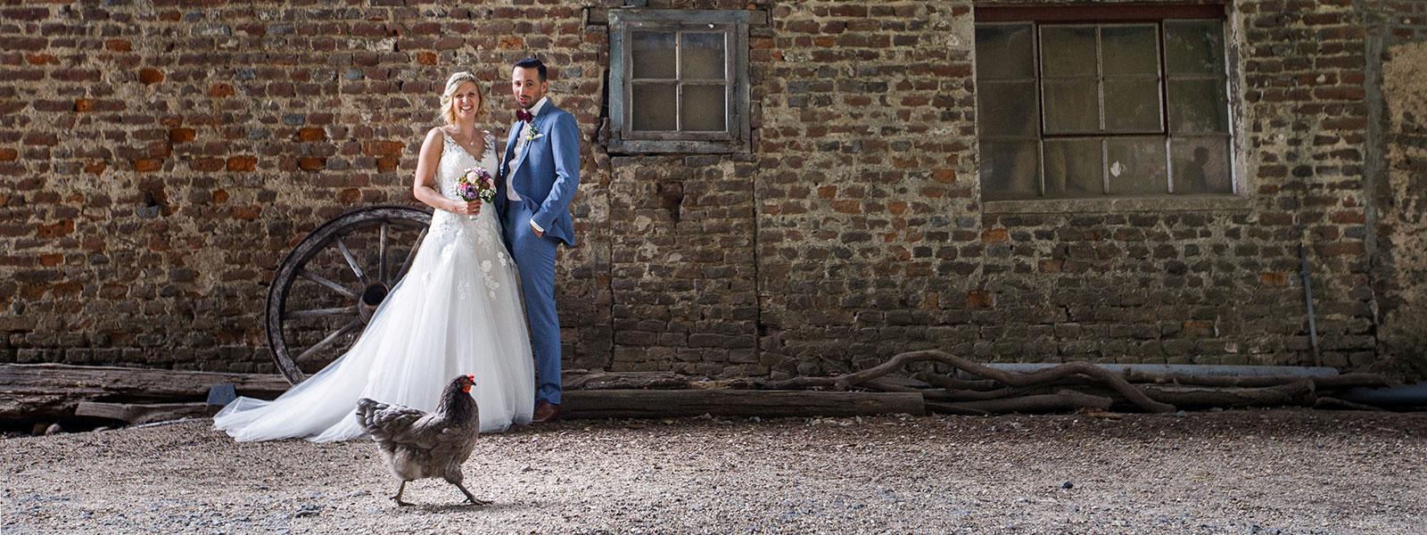 Hochzeitsfotograf Köln Goch Kleve - Brautpaar mit Huhn
